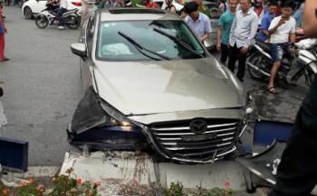 Xe điên gây tai nạn liên hoàn, 4 người bị thương