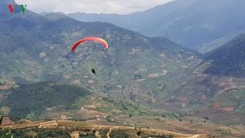 Màn dù lượn đẹp như tranh trên điểm bay Khau Phạ