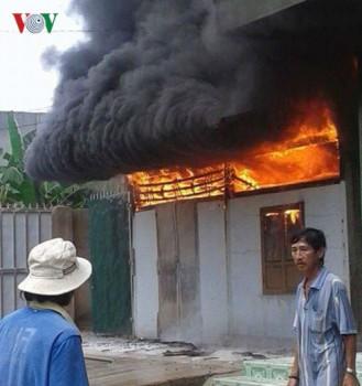 Ngọn lửa cao hàng chục mét bao trùm căn nhà bán tạp hóa