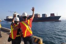 tau cho 69 container rac tu philippines len duong toi canada