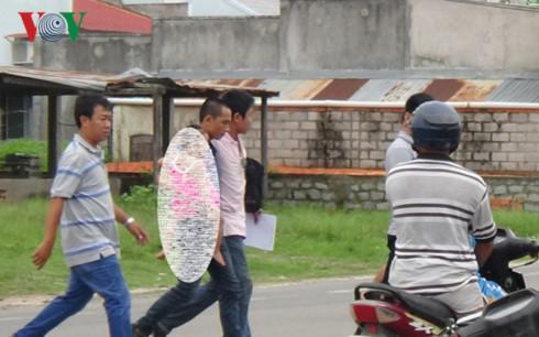 Công an Khánh Hòa về Bình Thuận khám xét nhà nghi can bắn chết người