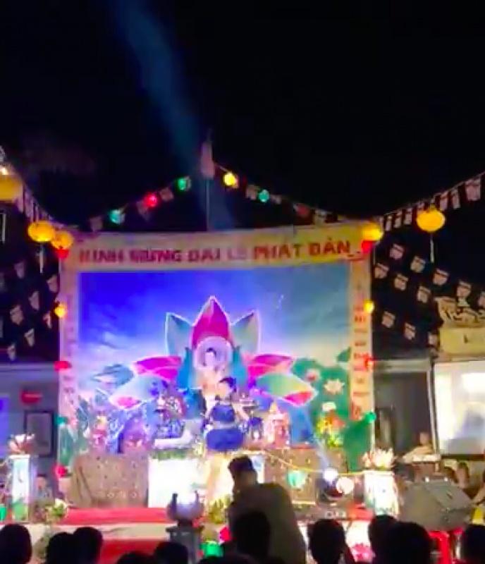 Vũ công mặc gợi cảm nhảy múa trong chùa mừng ngày Phật đản