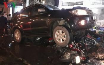 """Ô tô """"điên"""" tông hàng loạt xe máy trong đêm ở Đồng Nai"""