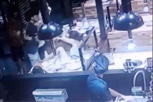 Phản ứng vì bị trêu ghẹo, 2 thiếu nữ bị nam thanh niên hành hung