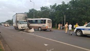 Xe khách va chạm xe tải 7 người bị thương