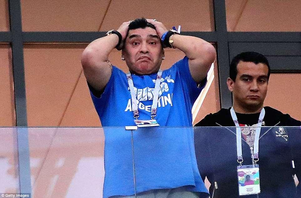 messi cay dang maradona om dau hlv sampaoli bat khoc bat luc nhin argentina thua tham