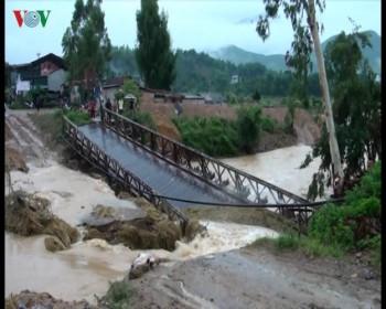 Đường thành suối, cầu sập, nhà dân ngập nước vì mưa lũ