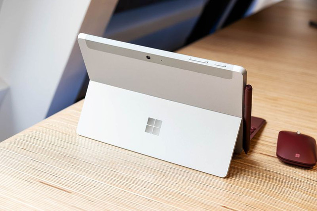 microsoft lan dau trinh lang may tinh bang surface co nho gia re