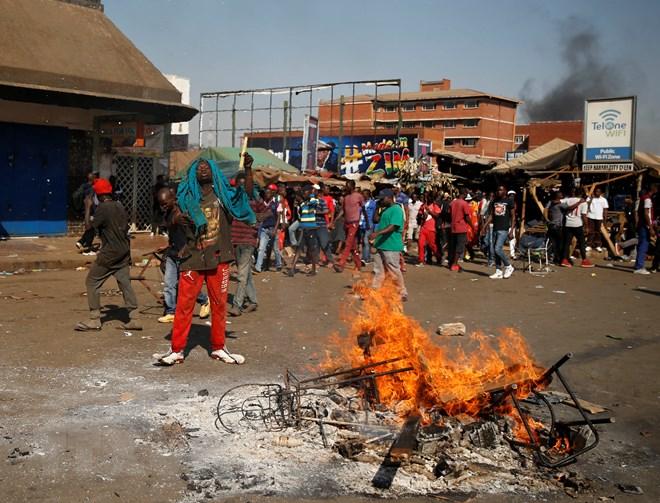zimbabwe so nguoi chet tang do quan doi no sung vao nguoi bieu tinh