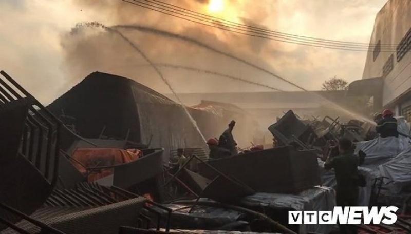 Cháy khu công nghiệp, thiêu rụi 5.000m2 nhà xưởng ở TP.HCM