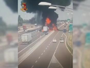 Xe bồn phát nổ như bom sau va chạm với xe tải trên cao tốc ở Italy