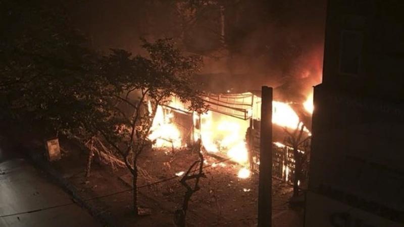 Hà Nội: Cháy rừng rực lúc rạng sáng, 2 nhà phố Chùa Láng bị thiêu rụi
