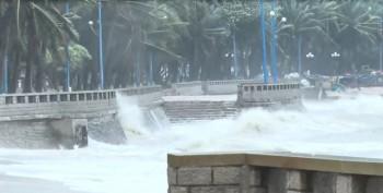 TPHCM và Vũng Tàu mưa to, gió lớn, sóng biển mạnh