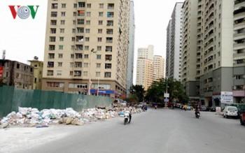 Nạn đổ trộm rác thải tại khu đô thị: Ngăn chẳng được, cấm không xong