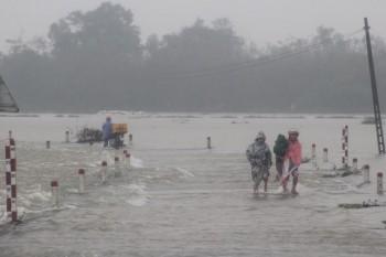"""Hơn 1.300 ngôi nhà ngập nước, người dân """"bơi"""" trong lũ"""