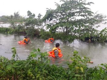 Hàng trăm bộ đội, công an ngâm mình trong nước lạnh tìm người bị lũ cuốn