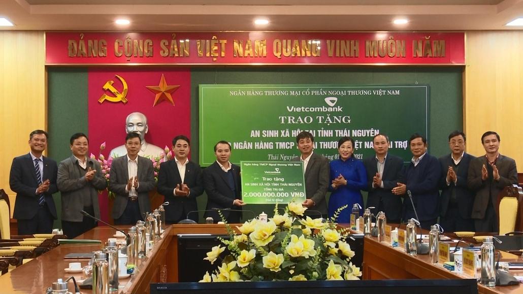 Trao tặng 2 tỷ đồng thực hiện an sinh xã hội tại tỉnh Thái Nguyên