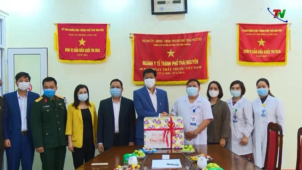 Lãnh đạo thành phố Thái Nguyên thăm, tặng quà các đơn vị y tế và các chốt kiểm dịch