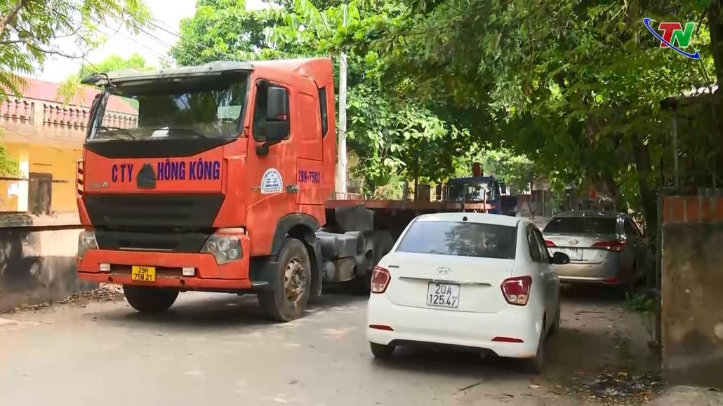 Xe tải lớn gây ùn tắc cục bộ trên tuyến ĐT274