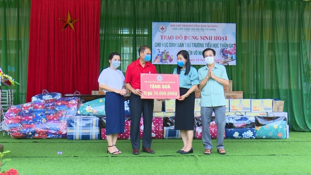 Hội Chữ thập đỏ tặng đồ dùng sinh hoạt cho học sinh bán trú