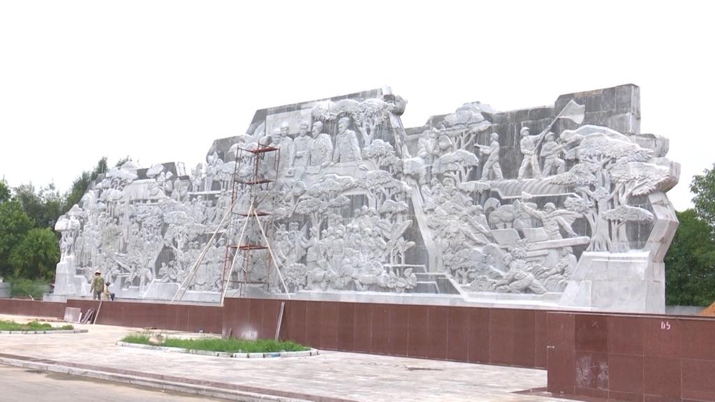 """Chuẩn bị hoàn tất công trình Phù điêu  """"Đại tướng Võ Nguyên Giáp với Đồng bào các Dân tộc tỉnh Thái Nguyên"""""""