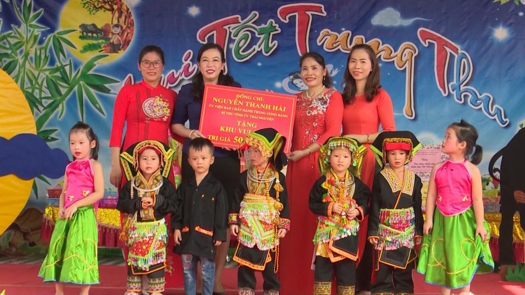 Lãnh đạo tỉnh tặng quà Trung thu tại Trường mầm non Hợp Tiến, huyện Đồng Hỷ