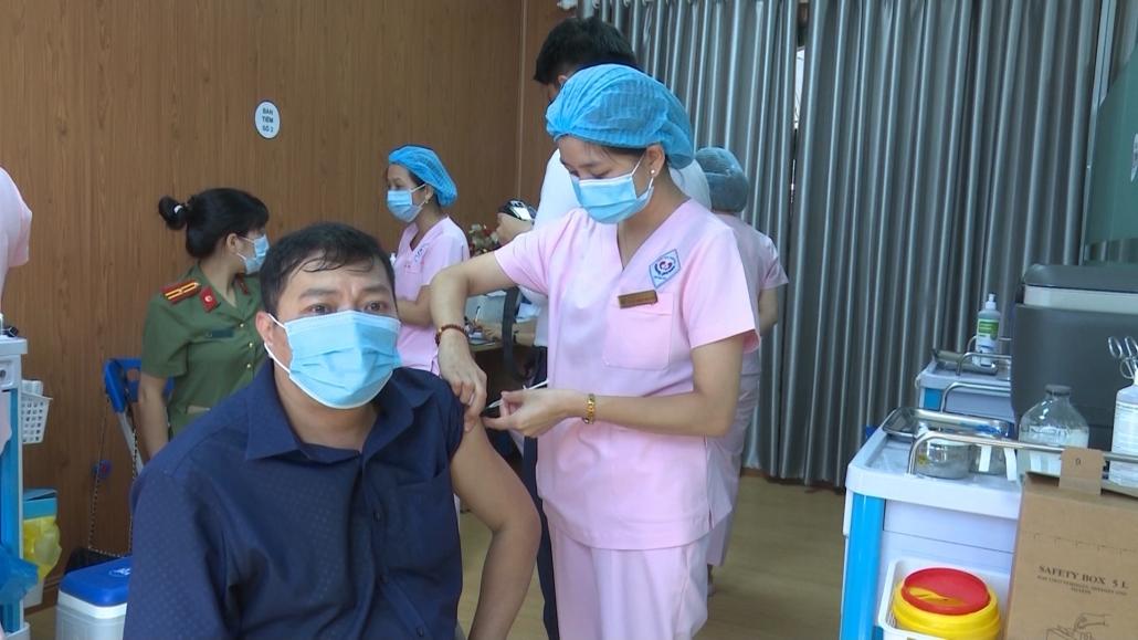 Trên 41.300 người được tiêm vắc xin phòng COVID – 19