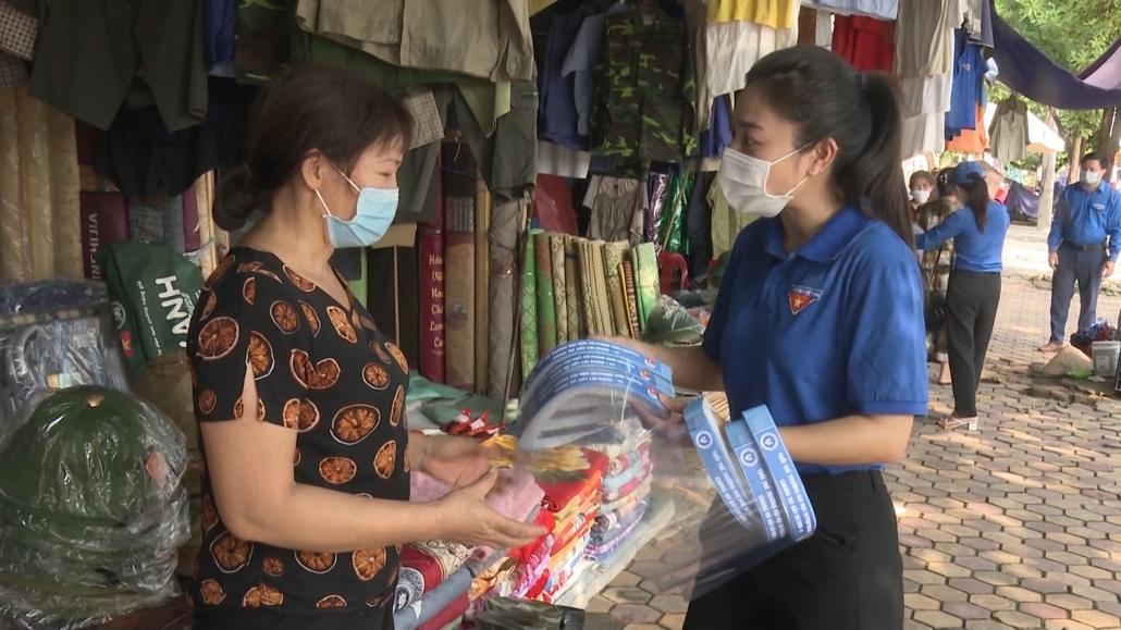 Thăm tặng quà chốt kiểm soát phòng chống dịch COVID-19 tại Phú Bình