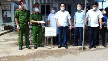 Đồng chí Chủ tịch UBND tỉnh động viên lực lượng trực chốt kiểm dịch